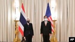 웬시 셔먼 미국 국무 부장관이 2일 태국 방콕에서 쁘라윳 짠오차 총리와 만났다.