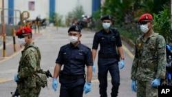 Militer dan polisi berjaga-jaga ketika karantina wilayah akibat perebakan virus corona diberlakukan di Kuala Lumpur, Malaysia, 31 Maret 2020. (Foto: AP)
