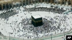 Ibadah umrah di Kaaba, Masjidil Haram di kota Mekah, Saudi Arabia diikuti oleh jamaah Muslim yang lebih kecil dari biasanya, Rabu (4/3), di tengah penerapan larangan umrah oleh pemerintah Saudi untuk mencegah perebakan wabah virus corona.