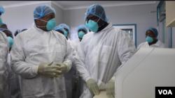 Le ministre zimbabwéen de la santé, Obediah Moyo (à g.) dans un hôpital de Harare, le 2 mars 2020. (Columbus Mavhunga/VOA)