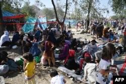لڑائیوں سے بچنے کے لیے تخار اور قندوز سے فرار ہو کر کابل میں پناہ لینے والے کچھ خاندان۔ 9 اگست 2021