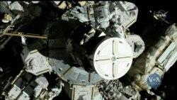 Астронавтки Джессіка Мейр та Кристина Коч проводять перший вихід у космос за участі виключно жіночого складу астронавтів. Відео