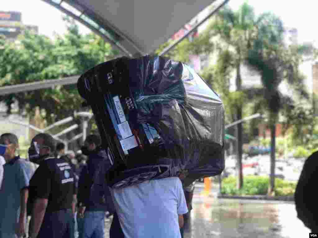 Por lo general, los compradores consultados por VOA expresaron que iban por una compra en específico. Foto: Fabiana Rondón - VOA.
