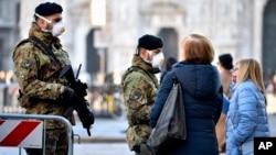 Italijanski vojnici sa medicinskim maskama na trgu Duomo, u Milanu, 24. februara 2020. Najmanje 190 ljudi u severnoj Italiji bilo je pozitivno na testu na COVID-19 virus, a četvoro je preminulo. (Foto: AP)