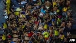 រូបឯកសារ៖ អ្នកជាប់ពន្ធនាគារ ដែលខ្លះដេក ខ្លះអង្គុយ ក្នុងស្ថានភាពចង្អៀតណែនមួយ នៅពន្ធនាគារ Quezon City ដែលចង្អៀតណែន នៅទីក្រុងម៉ានីល ប្រទេសហ្វីលីពីន កាលពីខែមីនា ២០២០។