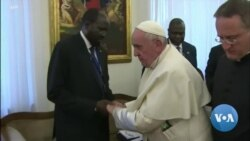 Le pape François embrasse les pieds des dirigeants rivaux du Soudan du Sud
