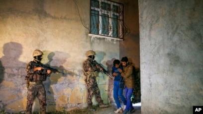 Forcat turke të sigurisë duke ndaluar një grup emigrantësh afganë
