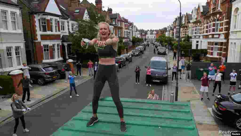 영국 런던 서쪽의 풀럼에서 주민들이 운동 트레이너와 함께 운동하고 있다.