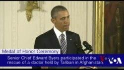奥巴马向一名海豹队员授荣誉勋章