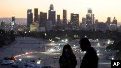 Pengunjung mengenakan masker saat mengamati lokasi vaksinasi COVID-19 di Stadion Dodger di Los Angeles, Jumat, 15 Januari 2021. (Foto AP / Marcio Jose Sanchez)
