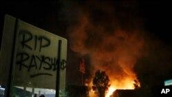 抗議者在周六(6月13號)放火點燃了發生槍擊事件的溫蒂快餐店。