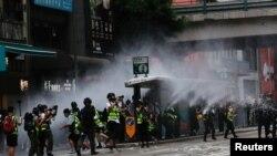 Policías antidisturbios en Hong Kong lanzan chorros de agua a manifestantes el 1 de julio de 2020, en el primer día de una nueva ley de seguridad impuesta por China.