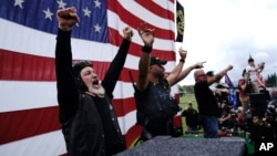 Članovi grupe Ponosni dečaci na protestu u Portlandu, 26. septembra 2020.(Foto: AP/John Locher)
