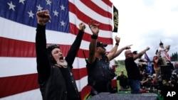 """""""Proud Boys"""" o'ng qanot guruhi a'zolari namoyish o'tkazmoqda, Portlend, Oregon, 2020-yil, 26-sentabr"""