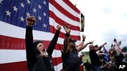 Članovi grupe Ponosni dkečaci na protestu u Portlandu