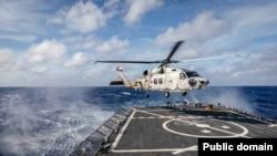 미 7함대는 지난 17일 필리핀 해상에서 미국의 이지스구축함인 존메케인호가 프랑스 해군 소속 핵추진 잠수함 에머라드호, 일본 해상자위대 헬리콥터 탑재 구축함인 휴가와 함께 반잠수함 상호운용성 연합훈련을 실시했다고 밝혔다. 사진=국방부.