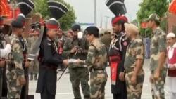 独立日巴基斯坦边界军队向印度军人赠送甜品