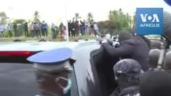 La voiture de Gbagbo entourée de supporters à Abidjan