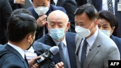 Former South Korean dictator Chun Doo-hwan (C) wearing a face mask arrives at a court for his trial in Gwangju, April 27, 2020.