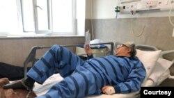 بکتاش آبتین، شاعر زندانی، زنجیر شده بر تخت بیمارستان؛ عکس از توییتر محمد رسولاف