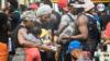 LLegada masiva de migrantes a Necoclí, Colombia, está cambiando ciertos aspectos de la economía local. [Foto: VOA]