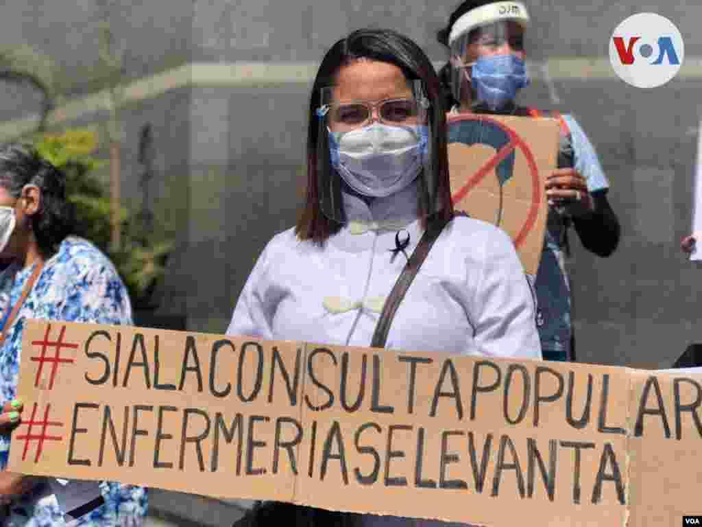 La pancarta de esta enfermera hace referencia a la consulta popular opositora convocada como respuesta a las elecciones parlamentarias en diciembre. Foto: Álvaro Algarra, VOA.