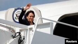 Phó Tổng thống Mỹ Kamala Harris lên phi cơ Không lực 2 để công cán nước ngoài (ảnh tư liệu, tháng 6/2021).