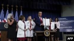 پرزیدنت ترامپ پس از امضای فرمانهای اجرایی برای کاهش دارو