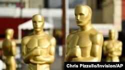 រូបសំណាកអូស្ការត្រូវបានគេត្រៀមសម្រាក់កម្មវិធីប្រគល់ពានរង្វាន់ Academy Awards លើកទី៩២ នៅមហោស្រព Dolby កាលពីថ្ងៃទី៥ ខែកុម្ភៈ ឆ្នាំ២០២០ ក្នុងក្រុង Los Angeles សហរដ្ឋអាមេរិក។