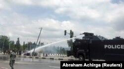 La police utilise des canons à eau pour disperser les manifestant qui protestent contre la brutalité policière, à Abuja, au Nigeria, le 11 octobre 2020. (Photo: REUTERS/Abraham Achirga)