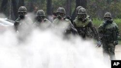 지난 2017년 9월 한국 서울에서 화학무기 공격에 대비한 훈련에 참가한 군인들이 방독면을 쓰고 있다.