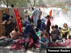 Anak-anak yang mengungsi bersama keluarga mereka, tinggal dalam tenda-tenda di sebuah taman di Kabul.