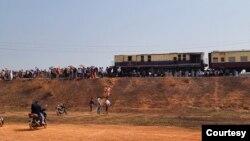 ေမာ္လၿမိဳင္-ရန္ကုန္ ထြက္ခြာမယ့္ မီးရထားကို စစ္အာဏာသိမ္း ဆန႔္က်င္သူေတြ ဝိုင္းဝန္း ပိတ္ဆို႔တားဆီးတဲ့ ျမင္ကြင္း။ (ဓာတ္ပုံ - ျမင့္စိုး)