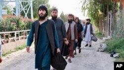 Tahanan Taliban yang dibebaskan dari penjara Pul-e-Charkhi di Kabul, Afghanistan, Kamis, 13 Agustus 2020.