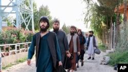 Afganistan Ulusal Güvenlik Konseyi tarafından yayınlanan bu fotoğrafta Perşembe günü Kabil yakınlarındaki Pul-e-Çarki hapishanesinden serbest bırakılan 80 Taleban militandan bazıları görülüyor.