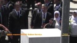 Прем'єр міністра Сербії закидали камінням та пляшками у Сребрениці. Відео.