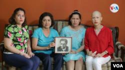La familia de Víctor Hugo Tinoco sostiene un retrato del exvicecanciller nicaragüense, arrestado por el gobierno de Daniel Ortega el 13 de junio de 2021. Foto Houston Castillo, VOA.