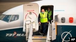 Kepala Administrasi Penerbagan Federal AS (FAA) Steve Dickson keluar dari pesawat Boeing 737 Max setelah menyelesaikan uji terbang dan mendarat di Boeing Field, Seattle, Rabu, 30 September 2020.