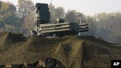 """Sistem za protivvazdušnu odbranu """"Pancir S"""" tokom zajedničke vežbe ruske i srpske vojske na aerodromu u Batajnici (Foto: AP/Kancelarija za medije predsednika Srbije)"""