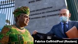 La directrice générale de l'Organisation Mondiale du Commerce, Ngozi Okonjo-Iweala, à son arrivée au siège de l'OMC à Genève, en Suisse, le 1er mars 2021.