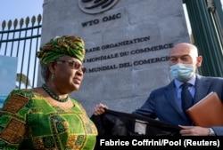 Direktur Jenderal Baru Organisasi Perdagangan Dunia Ngozi Okonjo-Iweala berjalan di pintu masuk WTO di Jenewa, Swiss, 1 Maret 2021. (Foto: Fabrice Coffrini/Reuters)