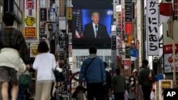 ຢູ່ເຂດຍ່ານການຄ້າ Shinjuku ໃນນະຄອນໂຕກຽວຂອງຍີ່ປຸ່ນນັ້ນຄົນເບິ່ງໂທລະພາບໜ່ວຍນຶ່ງ ທີ່ສະແດງໃຫ້ເຫັນພາບຂອງທ່ານ Joe Biden, ຜູ້ທີ່ຄາດວ່າ ຈະເປັນປະທານາທິບໍດີໄດ້ຮັບການເລືອກຕັ້ງນັ້ນ ກ່າວຄໍາປາໄສຢູ່ໃນວັນທີ 8 ພະຈິກ, 2020,