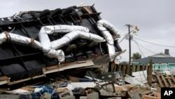 نارتھ کیرولائنا کے ساحلی علاقے میں ڈوریئن سے املاک کو شدید نقصان پہنچا ہے۔ پاور کمپنی کا ایک اہل کار متاثرہ علاقے میں بجلی بحال کرنے کی کوشش کر رہا ہے۔ 6 ستمبر 2019