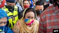 Rosmah Mansor (C), wife of Malaysia's former prime minister Najib Razak, leaves the Duta court complex after a hearing in her graft trial in Kuala Lumpur on February 18, 2021. (Photo by Mohd RASFAN / AFP)