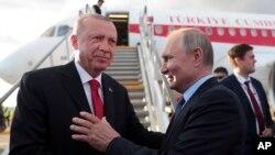 Le président russe Vladimir Poutine et le président turc Recep Tayyip Erdogan, avant son départ de Joukovski, dans la banlieue de Moscou, le 27 août 2019.