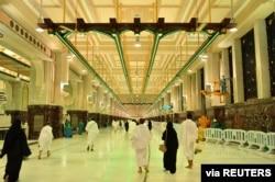Umat Muslim menjalankan ibadah umrah di Masjidil Haram sambil menjaga jarak sosial yang aman setelah otoritas Saudi meringankan restriksi di tengah pandemi COvid-19, di kota suci Mekkah, Arab Saudi, 4 Oktober 2020. (Saudi Press Agency / Handout via Reuters )