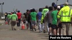2021년 3월 24일 미국 텍사스주 카리조 스프링스 소재 시설에서 보호자 없이 미국 남부국경에 온 아이들이 걷고 있다 (자료사진)