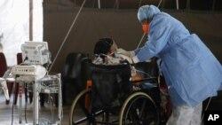 지난달 19일 남아프리카공화국 프레토리아의 한 병원에서 의료진이 중증 신종 코로나바이러스 감염 환자를 돌보고 있다.