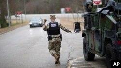 Cảnh sát quân sự làm việc trên đường I-95 (ảnh tư liệu, 2020)