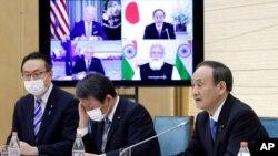 """Premijer Japana Jošide Suga govori tokom virtualnog sastanka lidera Australije, Indije, Japana u SAD, grupe poznate kao """"Kvad"""" (četvoka), u svojom kabinetu u Tokiju, Japan, 12. marta 2021."""